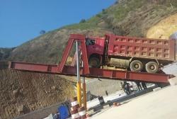 新疆希望两台卸车翻板机